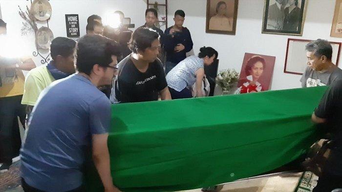 Keranda jenazah Ade Irawan saat dibawa masuk ke rumah duka, kawasan Lebak Bulus, Jakarta, Jumat (17/1/2020).