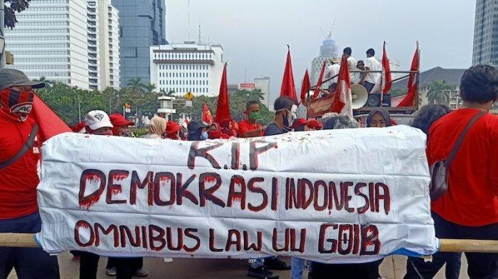 Keranda mayat bertuliskan 'RIP Demokrasi Indonesia, Omnibus Law UU Goib.