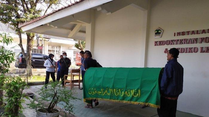 Kerangka korban pembunuhan satu keluarga di Banyumas saat akan dimasukkan ke dalam mobil ambulans, Kamis (29/8/2019). TRIBUN JATENG/PERMATA PUTRA SEJATI