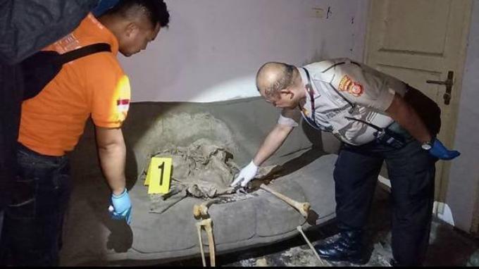 Petugas dari Polresta Bandung melakukan olah TKP penemuan kerangka manusia terduduk di sofa sebuah kosong di Bandung, Jawa Barat.
