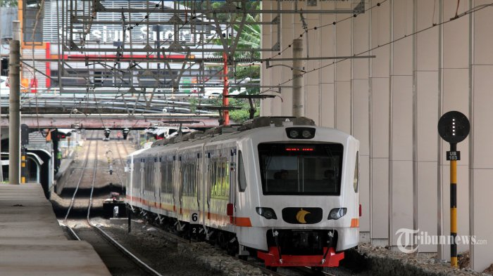 Kereta Api Bandara Soekarno-Hatta melintasi Stasiun Sudirman Baru, Jakarta, Selasa (26/12/2017). TRIBUNNEWS/IRWAN RISMAWAN