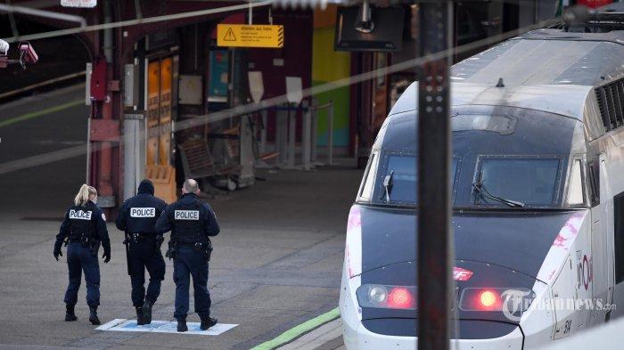 Anggota polisi Prancis berjalan di stasiun di mana pasien yang terkena coronavirus (Covid-19) akan dipindahkan dengan TGV (kereta berkecepatan tinggi) medis di Strasbourg, Prancis pada Kamis (26 Maret 2020). Sebuah kereta api berkecepatan tinggi yang diolah ( TGV), yang harus mengevakuasi dua puluh pasien yang terinfeksi coronavirus untuk meringankan rumah sakit yang benar-benar jenuh di wilayah Prancis Alsace, tiba Rabu malam di Strasbourg (timur laut). (AFP/Patrick HERTZOG)