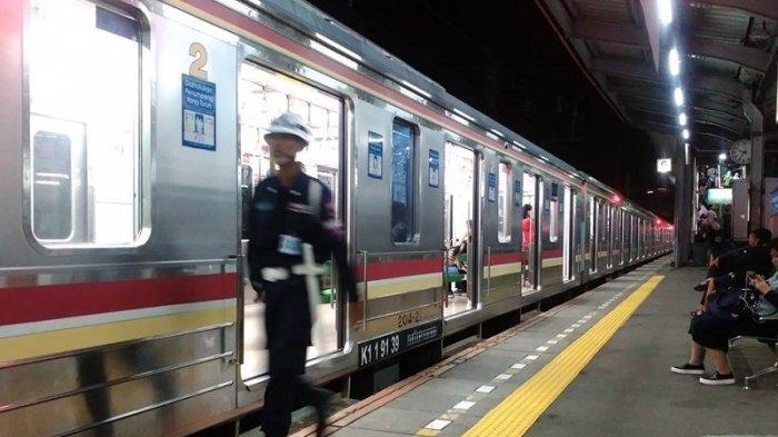 Kereta Commuter Line menunggu berangkat di Stasiun Tanah Abang, Jakarta.
