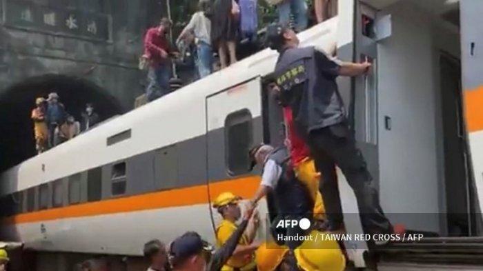 Gambar selebaran ini diambil dan dirilis pada 2 April 2021 oleh Palang Merah Taiwan menunjukkan tim penyelamat di lokasi di mana kereta tergelincir di dalam terowongan di pegunungan Hualien, Taiwan timur.