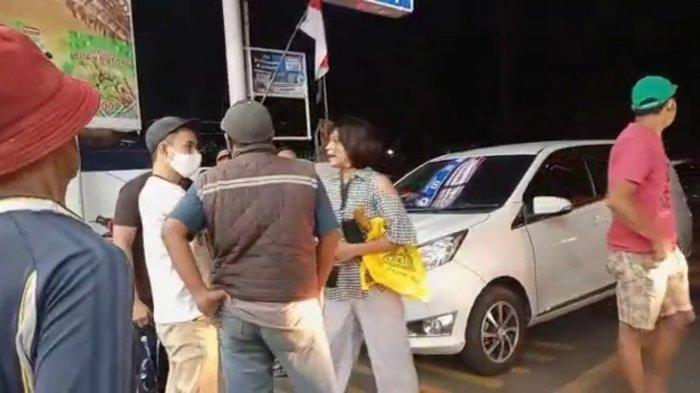 Viral di Medsos Wanita Bawa Golok Ancam Seorang Pria di Pinggir Jalan Lenteng Agung