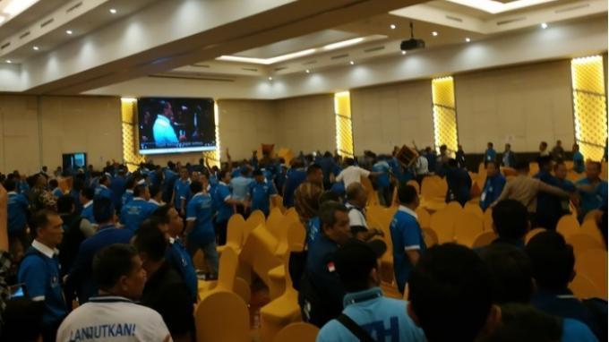Kericuhan kembali terjadi di Kongres V PAN pada hari kedua, di Hotel Claro, Kendari, Sulawesi Tenggara, Selasa (11/2/2020).(KOMPAS.com/Haryantipuspasari)