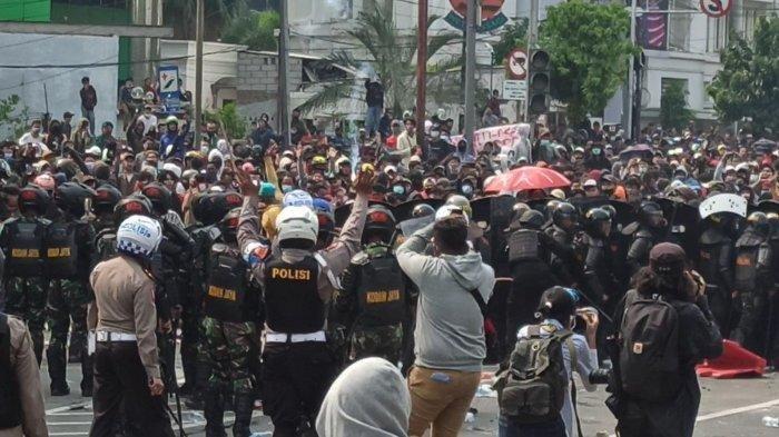 Sempat Bentrok, Massa Aksi di Harmoni Ramai-ramai Peluk dan Salami Polisi: Musuh Kita Bukan Polisi
