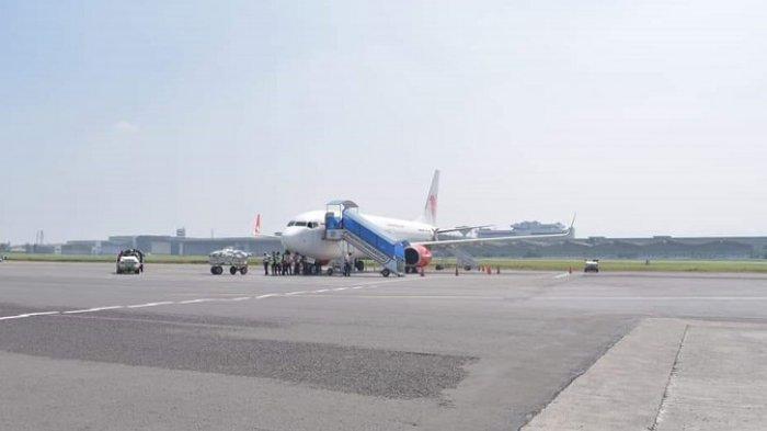 Satu unit pesawat terparkir di Bandara Kertajati