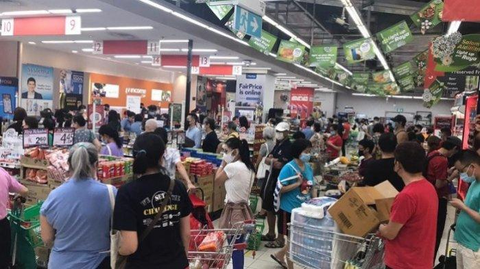 Kerumunan warga berbelanja di salah satu supermarket di Singapura.