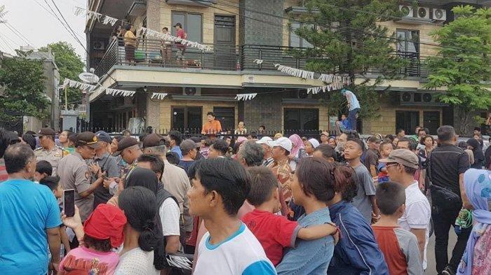 Warga Menyemut Lihat Rekonstruksi Kasus Mayat Dalam Lemari di Mampang Prapatan