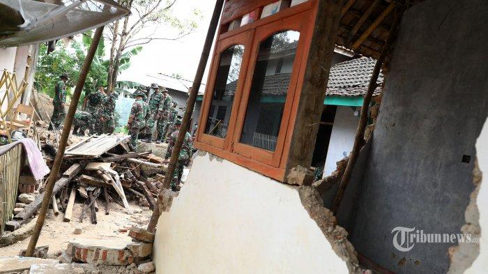 Prajurit TNI membersihkan puing reruntuhan rumah yang terdampak gempa di Desa Panjang Jaya, Mandalawangi, Pandeglang, Banten, Sabtu (3/8/2019). Menurut data Badan Nasional Penanggulangan Bencana (BNPB) 2 orang tewas dan 200 bangunan rusak akibat gempa 6,9 SR  yang berpusat di Banten pada Jumat (2/8/2019). TRIBUNNEWS/IRWAN RISMAWAN