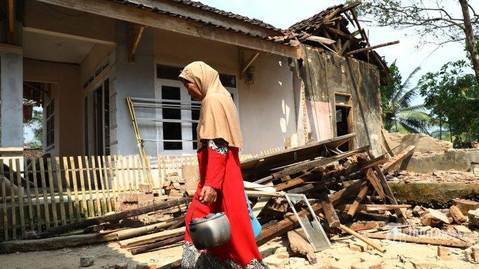 Warga memncari barang miliknya di reruntuhan rumahnya yang terdampak gempa di Desa Panjang Jaya, Mandalawangi, Pandeglang, Banten, Sabtu (3/8/2019). Menurut data Badan Nasional Penanggulangan Bencana (BNPB) 2 orang tewas dan 200 bangunan rusak akibat gempa 6,9 SR  yang berpusat di Banten pada Jumat (2/8/2019). TRIBUNNEWS/IRWAN RISMAWAN