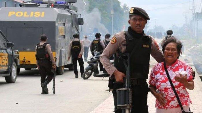 Rusuh di Papua Melebar ke Jayapura, Massa Anarkis Lempar Batu ke Aparat hingga Rusak Mobil Dandim