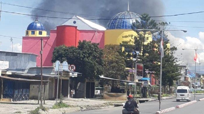 Kerusuhan di Wamena, Supermarket Dibakar Massa, Pegawai Lompat dari Lantai 2