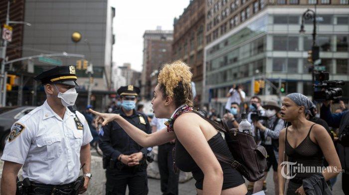 Pengunjukrasa meluapkan amarhnya kepada petugas NYPD dalam aksi unjuk rasa 'Black Lives Matter' di kota New York, Kamis (28/5/2020). Amerika Serikat dilanda kerusuhan hebat, pasca meninggalnya George Floyd akibat kehabisan nafas, setelah lehernya ditindih seorang petugas Polisi Minneapolis dalam sebuah penangkapan. AFP/JOHANNES EISELE