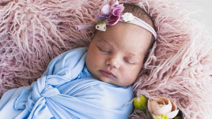 Jangan Sampai Salah, Begini Cara Membedong Bayi Baru Lahir yang Benar