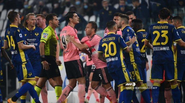 Penyerang Spanyol Juventus Alvaro Morata (tengah) berdebat dengan bek Italia Verona Davide Faraoni selama pertandingan sepak bola Serie A Italia Juventus vs Verona di Allianz Stadium di Turin, pada 25 Oktober 2020. MARCO BERTORELLO / AFP