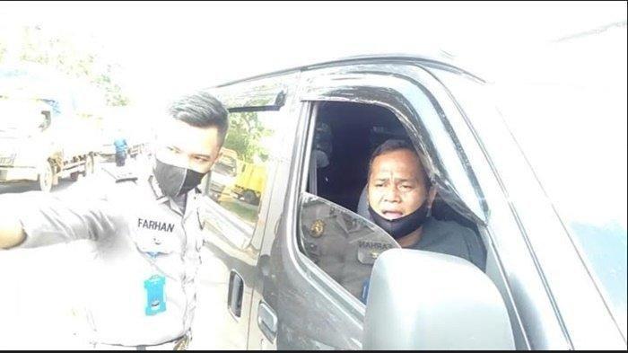 Seorang pengendara yang berniat untuk bertemu istri mudanya diminta putar balik arah sebelum masuk ke kota Palembang, Kamis (6/5/2021). TRIBUN SUMSEL/M ARDIANSYAH