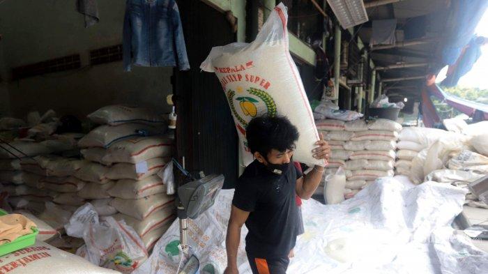Suasana aktivitas pekerja mengangkut beras di Pasar Induk Beras Cipinang, Jakarta Timur, Jumat (29/1/2021). Menteri Pertanian, Syahrul Yasin Limpo menyatakan, ketersediaan beras hingga pertengahan 2021 dalam posisi aman, yakni stok hingga akhir juni 2021 akan berada di level 9,50-10,50 juta ton dalam kondisi mewaspadai cuaca ekstrem yang terjadi akhir-akhir ini. Tribunnews/Herudin