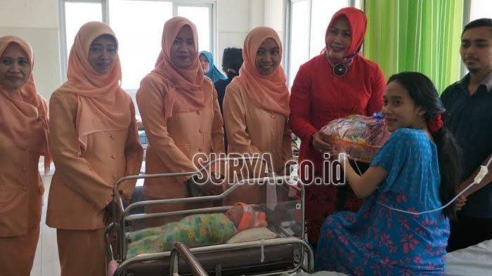 Ketua Dharma Wanita RSUD dr Soegiri Anis Chaidir Annas saat menjenguk dan menyerahkan bingkisan pada pasien melahirkan, Minggu (18/8/2019).