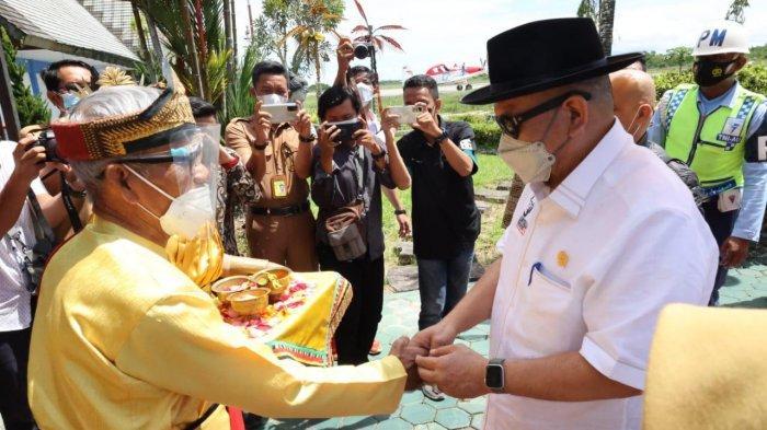 Tiba di Tarakan, Ketua DPD RI Disambut Prosesi Adat Tepung Tawar