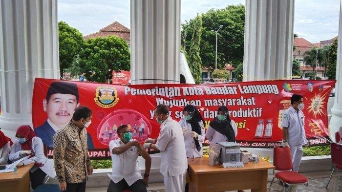 Ketua DPRD Kota Bandar Lampung Wiyadi jadi penerima Vaksin Covid-19 perdana di Bandar Lampung.