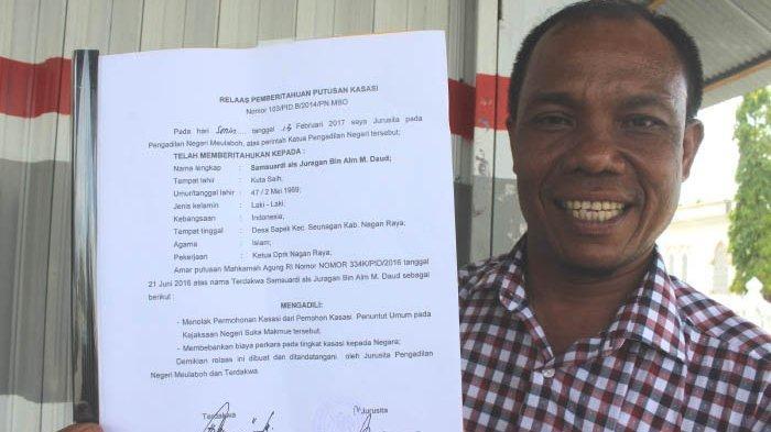 Ketua DPRK Nagan Raya Samsuardi alias Juragan memperlihatkan surat putusan Kasasi dari Mahkamah Agung terkait penetapan dirinya sebagai terdakwa dalam kasus dugaan penyerobotan lahan kebun sawit milik warga seluas 72,6 Hektare, Rabu (3/5/2019) siang di Suka Makmue.