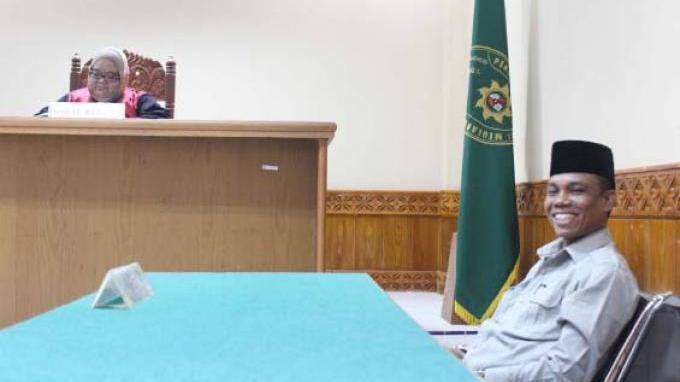 Ketua DPRK Nagan Raya Samsuardi alias Juragan menebarkan senyum lebar ke awak media saat menjalani sidang kedua terkait dugaan penculikan dan penganiayaan terhadap Riki dan Fadil di Pengadilan Negeri Meulaboh, Aceh Barat, Kamis (13/2/2019) siang. SERAMBI/DEDI ISKANDAR
