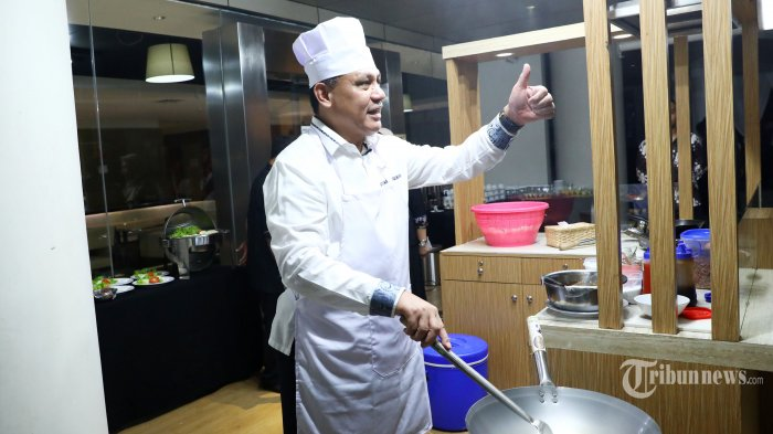 Ketua KPK Firli Bahuri memasak nasi goreng saat acara silaturahmi jajaran Pimpinan KPK di Gedung KPK, Jakarta, Senin (20/1/2020). TRIBUNNEWS/IRWAN RISMAWAN