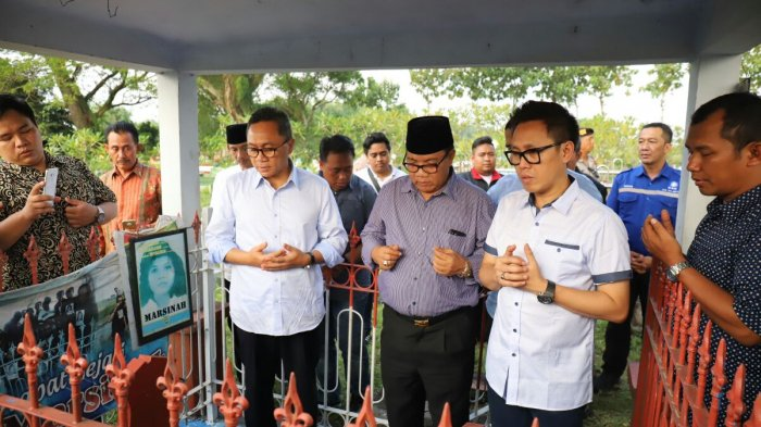 Jelang Hari Buruh dan Kartini, Zulkifli Hasan Ziarah Ke Makam Marsinah