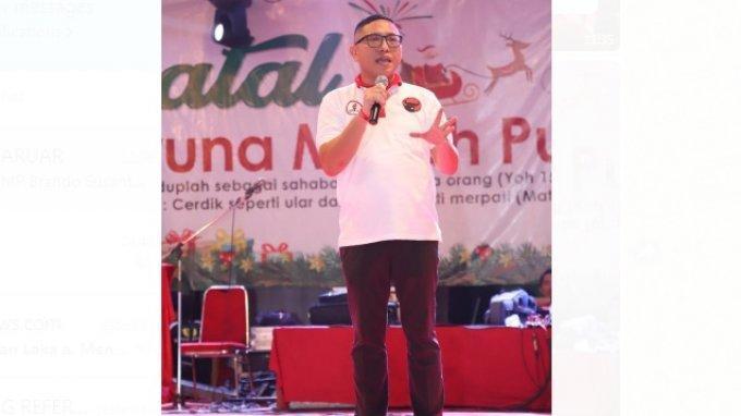 Ketua Panitia Natal TMP Brando Susanto menyampaikan sambutan di depan ribuan peserta Natal TMP di Teluk Gong, Jakarta Utara.