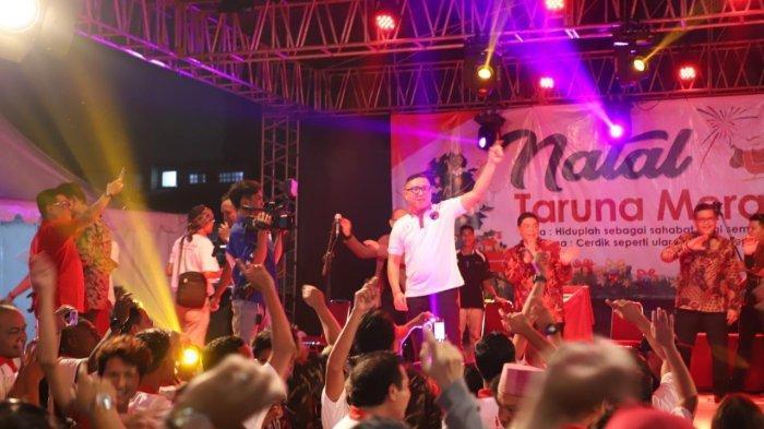 Ketua Panitia Natal TMP, Brando Susanto menyampaikan sambutan di depan ribuan peserta Natal TMP di Teluk Gong, Jakarta Utara.