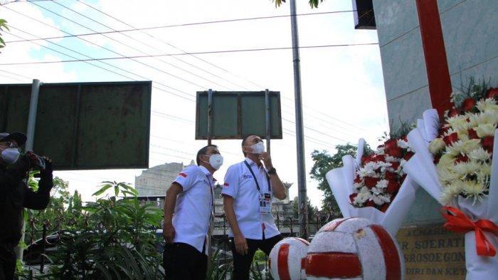 Ketua PSSI, Mochamad Iriawan, berdiri di Monumen Soeratin yang ada di halaman Balai Persis Solo,