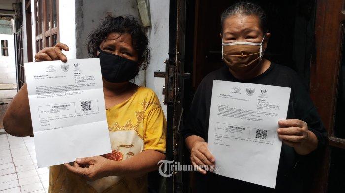 SIAP CAIRKAN BST - Ketua Rt 05/04 Kelurahan Duri Selatan, Kecamatan Tambora, Jakarta Barat, Fshmi Apriansyah, sedang menyampaikan surat pemberitahuan untuk warganya yang berhak mendapatkan dana bantuan sosial tunai sebesar Rp 300 ribu, Jumat (15/1/2021).