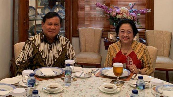 Ketua Umum Partai Gerindra Prabowo Subianto bertemu dengan Ketua Umum PDIP Megawati Soekarnoputri, Rabu (24/7/2019) diadakan di Teuku Umar, tempat kediaman Megawati Soekarnoputri. Hadir mendampingi pertemuan kedua tokoh tersebut diantaranya Puan Maharani, Pramono Anung, Sekjen Gerindra Ahmad Muzani, Kepala BIN Budi Gunawan dan Prananda Prabowo. Bakwan khusus buatan Ibu Megawati. Perpaduan aneka bahan dan bumbu2an membentuk cita rasa khusus. Dihadirkan sebagai menu pembuka dalam pertemuan dua tokoh tersebut. TRIBUNNEWS.COM/HO/Pramono Anung