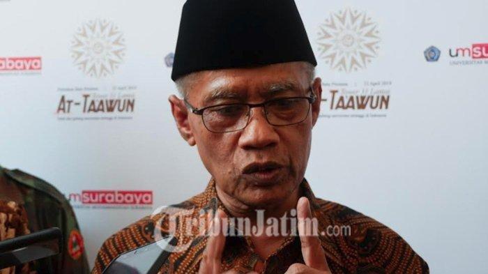 Ketua Umum Pengurus Pusat Muhammadiyah KH Haedar Nashir seusai meletakkan batu pertama pembangunan gedung 31 lantai Universitas Muhammadiyah Surabaya, Selasa (23/4/2019).