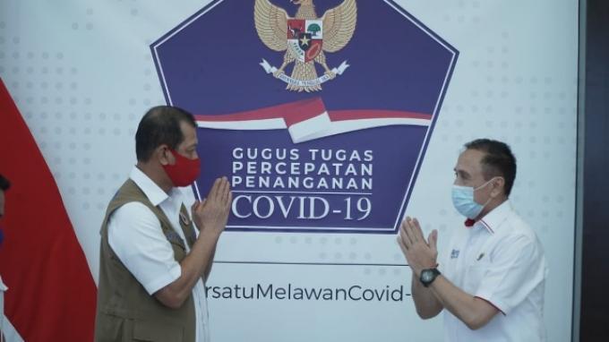 Ketua Umum PSSI, Mochamad Iriawan (kanan) bertemu dengan Ketua Satuan Tugas Penanganan Covid-19, Doni Monardo (kiri) di Graha BNPB, Jakarta, pada Rabu (22/7/2020).