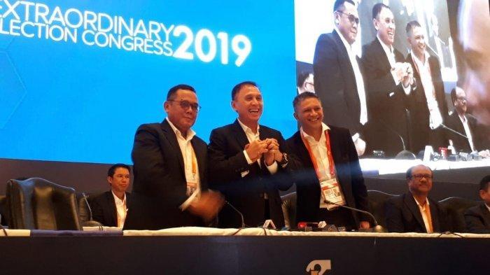 Ketua Umum PSSI Mochamad Iriawan atau Iwan Bule foto bersama dua Wakil Ketua Umum, Iwan Budianto dan Cucu Soemantri selepas Kongres Luar Biasa PSSI di Hotel Shangri-La, Jakarta, Sabtu (2/11/2019).