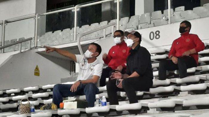 Ketua Umum PSSI Mochamad Iriawan saat berbincang dengan Kaesang Pangarep sambil menyaksikan latihan Timnas Indonesia di Stadion Madya, Senayan, Jakarta, Selasa (11/5/2021) malam.