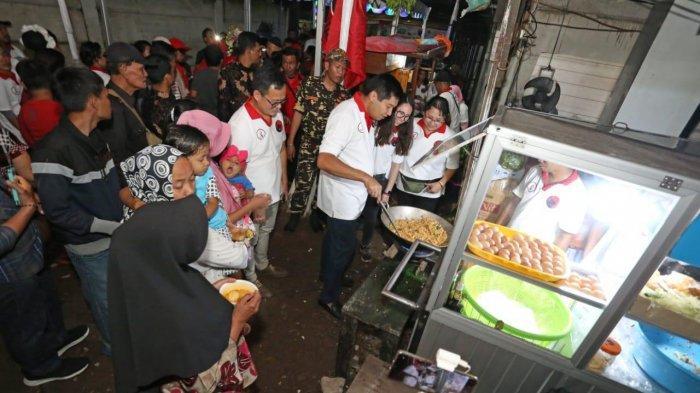 Ketua Umum TMP Maruarar Sirait keliling ke both UMKM dan ikut menggoreng nasi goreng.