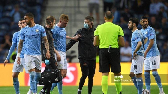 Gelandang Belgia Manchester City Kevin De Bruyne (3rd-L) dikawal keluar lapangan setelah cedera selama pertandingan sepak bola final Liga Champions UEFA antara Manchester City dan Chelsea FC di stadion Dragao di Porto pada 29 Mei 2021.