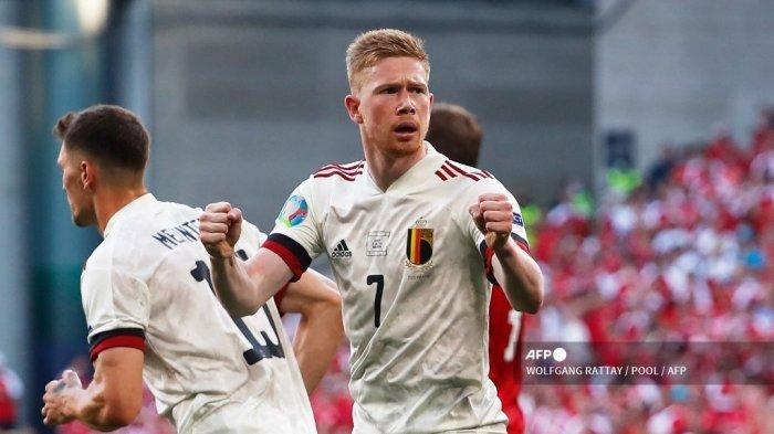 Gelandang Belgia Kevin De Bruyne merayakan setelah gol pertama timnya selama pertandingan sepak bola Grup B UEFA EURO 2020 antara Denmark dan Belgia di Stadion Parken di Kopenhagen pada 17 Juni 2021.