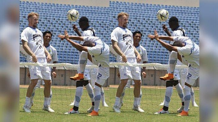 Kevin van Kippersluis dan Ezechiel N Douassel dalam latihan Persib Bandung di Stadion Si Jalak Harupat, Kabupaten Bandung, Rabu (25/9/2019).