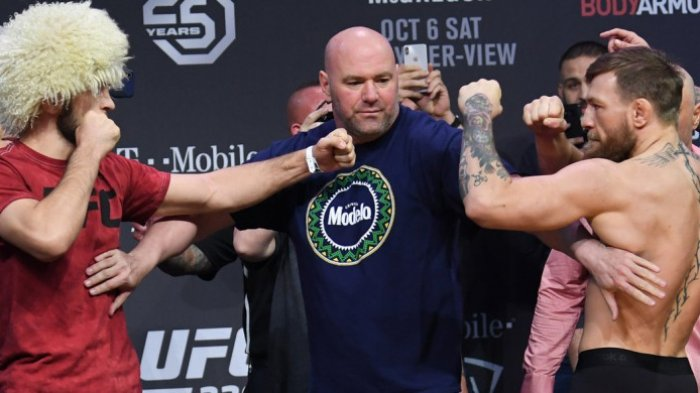 Dana White (Presiden UFC) saat menengahi Khabib Nurmagomedov (kiri) dan Conor McGregor dalam sesi timbang badan UFC 229 yang digelar pada Jumat (5/10/2018) sore waktu Amerika Serikat.