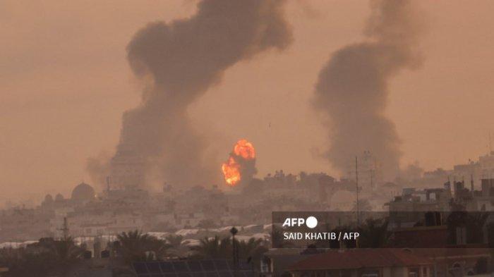 Asap mengepul setelah serangkaian serangan udara Israel menargetkan Khan Yunis di Jalur Gaza selatan, pada awal 12 Mei 2021. Serangan udara Israel di Jalur Gaza telah menghantam rumah anggota berpangkat tinggi kelompok militan Hamas, militer mengatakan Rabu , dengan markas polisi wilayah juga menjadi sasaran.