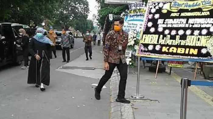Gubernur Jatim Khofifah Indar Parawansa berjalan menuju rumah duka ibunda Jokowi Sudjiatmi di Jalan Pleret Raya, Kelurahan Sumber, Kecamatan Banjarsari, Kota Solo, Jawa Tengah (Jateng), Kamis (26/3/2020).
