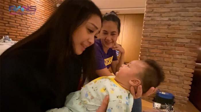 Baim Wong Terkejut Lihat Nagita Slavina Gendong Kiano Pakai Satu Tangan, Rafathar Malah Cemburu
