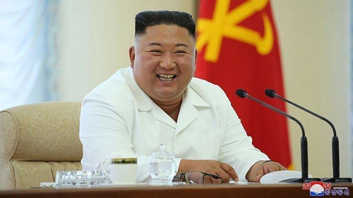 Foto Kim Jong Un tersenyum ini dipotret pada (7/6/2020) dan dirilis oleh media ofisial Korea Utara Korean Central News Agency (KCNA) pada (8/6/2020). Pemimpin Korea Utara ini mengancam warganya yang menyukai budaya K-Pop dari negara musuh bebuyutannya, Korea Selatan.