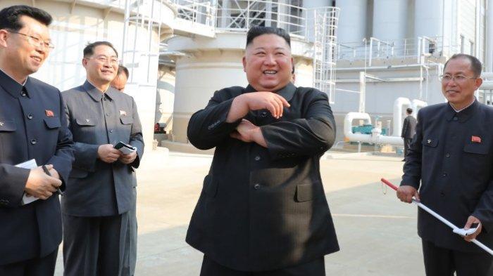 Kim Jong Un berada di pabrik pupuk wilayah Sunchon utara Pyongyang, Korea Utara, Jumat (1/5/2020). Berikut foto-foto kemunculan Perdana Kim Jong Un setelah diisukan meninggal dunia. Terlihat sang adik, Kim Yo Jong, ada di dekatnya.