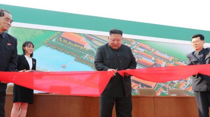 Kim Jong Un menghadiri potong pita sebuah pabrik pupuk pada Jumat (1/5/2020). Tampak Kim Yo Jong ada di dekatnya, sebelah kiri.